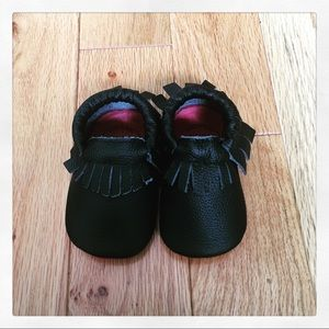 Birdrock Baby soft leather moccs with fringe (5,5)